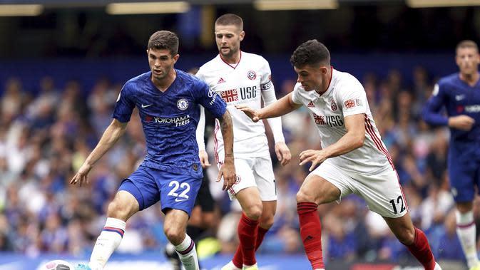 Cristian Pulisic dikepung pemain Sheffield United saat mengontrol bola di laga Chelsea lawan Sheffield United (AP)