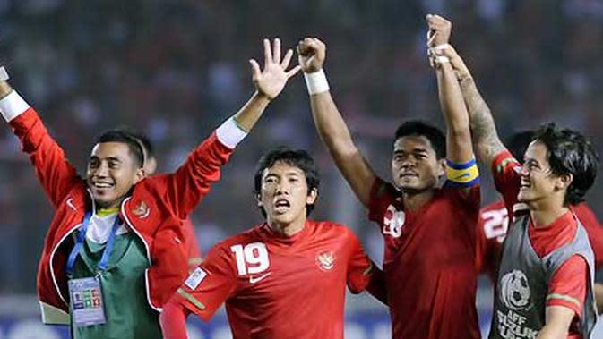 Striker Indonesia Bambang Pamungkas (dua dari kanan) disambut rekan-rekannya usai pertandingan lanjutan Grup A Piala AFF 2010 melawan Thailand di Stadion Utama Gelora Bung Karno Senayan, Jakarta, Selasa malam (7/12). (ANTARA/Andika Wahyu)