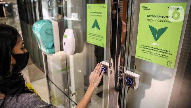 Karyawan mencoba tombol lift dengan sensor tanpa sentuh di Mal Central Park, Jakarta, Rabu (3/6/2020). Selain menerapkan protokol kesehatan, pusat perbelanjaan juga menyediakan fasilitas pendukung 'physical distancing' sebagai persiapan operasional di era normal baru. (Liputan6.com/Faizal Fanani)