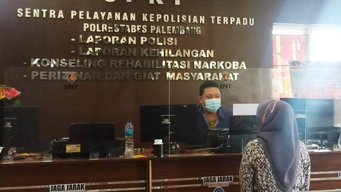 Korban penjambretan melaporkan kasus yang dialaminya di Mapolrestabes Palembang (Liputan6.com / Nefri Inge)