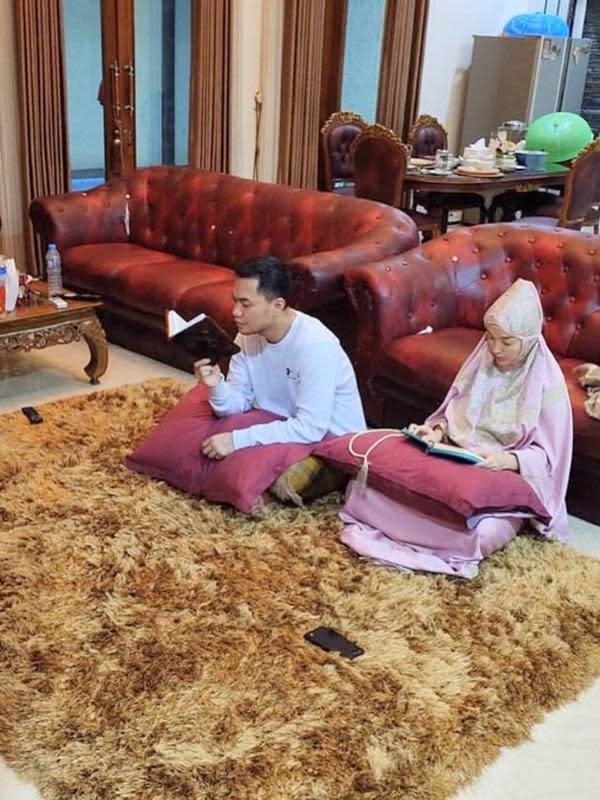 5 Momen Zaskia Gotik Jalani Ramadhan Bersama Suami, Ngaji Bareng (Sumber: Instagram/@sirajuddinmahmudsabang)