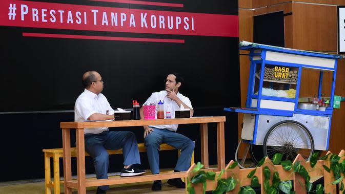 Mendikbud Nadiem Makarim (kanan) dan Komedian Sogi Indra Dhuaja (kiri) saat tampil dalam drama bertajuk Prestasi Tanpa Korupsi di SMKN 57, Jakarta, Jakarta Selatan, Senin (9/12/2019). Kegiatan tersebut dalam rangka memperingati Hari Antikorupsi Sedunia. (Foto:Biropress Kepresidenan)