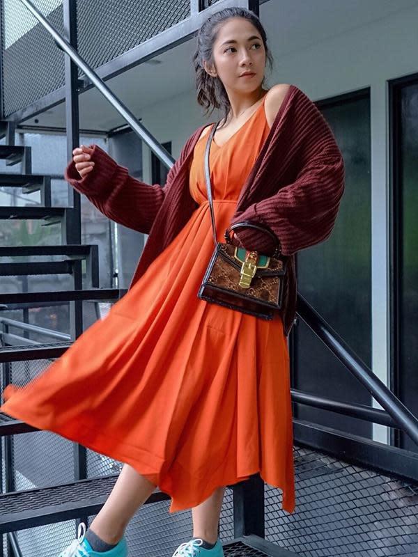 Gaya Kasual Dinda Kirana yang satu ini memadupadankan dress panjang dengan jaket sweater. Apalagi ditambah dengan sneaker berwarna biru yang ia kenakan, penampilannya terlihat makin menawan. Dinda juga terlihat menguncir rambutnya dengan rapi. (Liputan6.com/IG/@dindakirana.s)