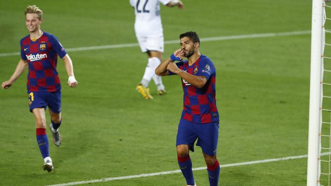Penyerang Barcelona, Luis Suarez berselebrasi usai mencetak gol ke gawang Napoli pada leg kedua babak 16 besar Liga Champions di Stadion Camp Nou , Spanyol, Sabtu (8/82020). Barcelona menang 3-1 atas Napoli dan melaju ke perempat final dengan agregat skor 4-1. (AP Photo/Joan Monfort)
