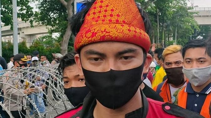 Salah satu koordinator Aliansi Mahasiswa Sumsel Andi Leo menyampaikan tuntutan mereka untuk difasilitasi berangkat ke Jakarta (Liputan6.com / Nefri Inge)