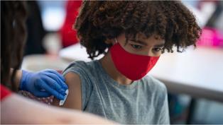 新冠疫苗:應該讓小孩子接種嗎?