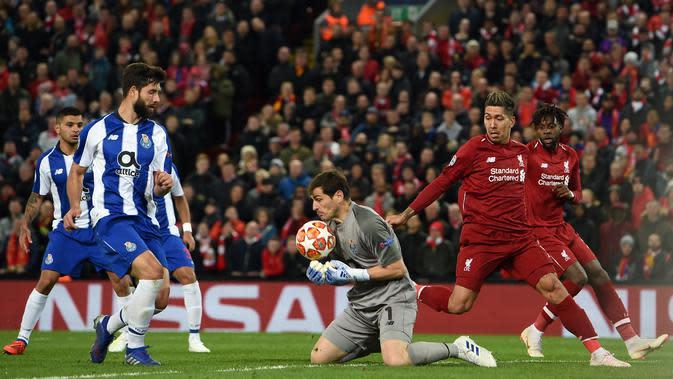 Kiper Porto asal Spanyol, Iker Casillas (tengah) melakukan penyelamatan saat bertanding melawan Liverpool pada leg pertama perempat final Liga Champions di stadion Anfield di Liverpool, Inggris barat laut pada 9 April 2019. (AFP/Paul Ellis)
