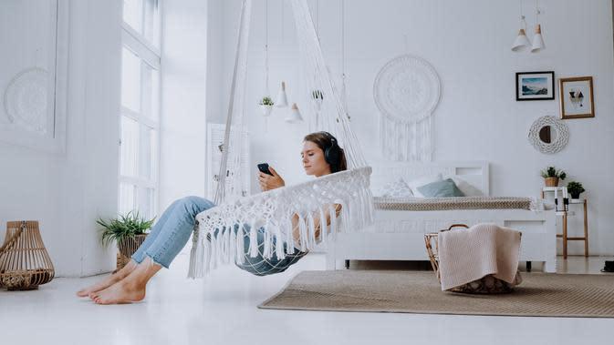 Ilustrasi Penggunaan Earphone dengan Pelindung Telinga Credit: pexels.com/cottonbro