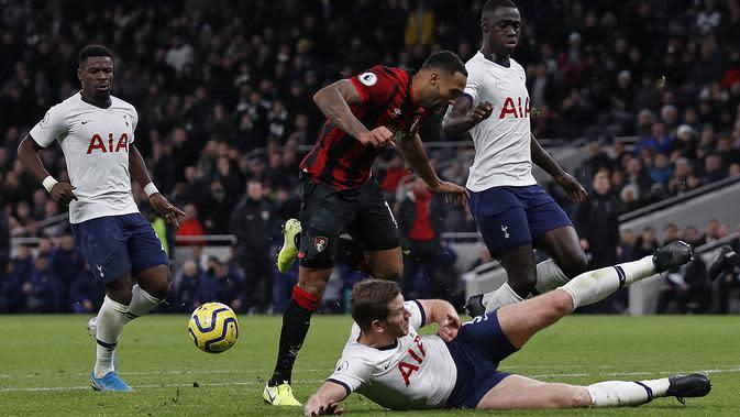 Bek Tottenham, Jan Vertonghen, menekel striker Bournemouth, Callum Wilson, pada laga Premier League di Stadion Tottenham, London, Sabtu (30/11). Tottenham menang 3-2 atas Bournemouth. (AFP/Adrian Dennis)