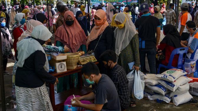 Warga membeli sembako murah di Banda Aceh, Aceh, Kamis (14/5/2020). Di tengah pandemi virus corona COVID-19, hadirnya penjualan sembako murah sangat membantu sebagian warga untuk memenuhi kebutuhan hidup. (CHAIDEER MAHYUDDIN/AFP)