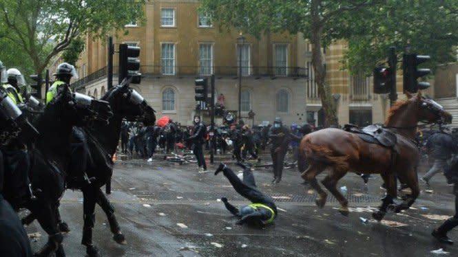 Demo Black Lives Matter di London Rusuh, Polisi Wanita Jatuh dari Kuda