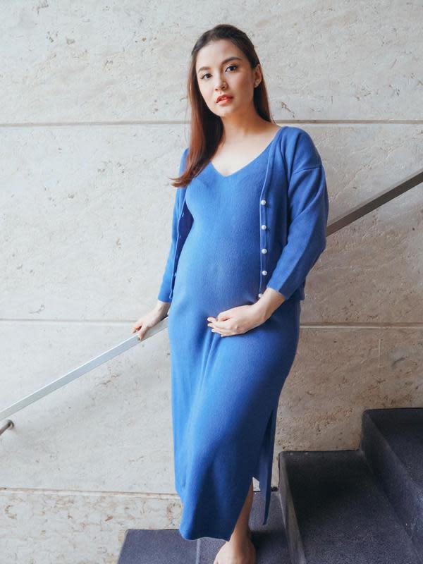 Selanjutnya, Chelsea yang selalu berpenampilan simple di kesehariannya juga cantik banget dengan outfit serba birunya ini. Mulai dari dress hingga cardigan. Polesan makeup di wajah juga membuatnya makin menarik. (Instagram/chelseaoliviaa)