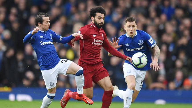 Aksi Mohamed Salah lewati dua pemain Everton pada laga lanjutan Premier League yang berlangsung di Stadion Goodison Park, Liverpool, Minggu (3/3). Liverpool imbang 0-0 kontra Everton. (AFP/Oli Scarff)