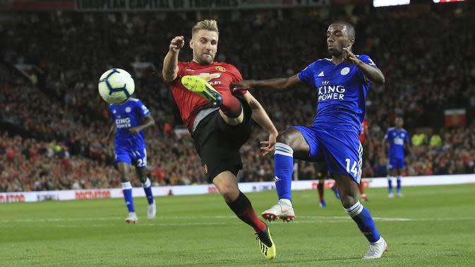 Bek Manchester United, Luke Shaw, melepaskan tendangan ke gawang Leicester City pada laga Premier League di Stadion Old Trafford, Jumat (10/8/2018). Manchester United menang 2-1 atas Leicester City. (AP/Jon Super)