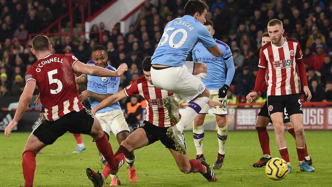 Gelandang Manchester City, Raheem Sterling (kedua kiri) menembak bola ke arah gawang Sheffield United pada pekan ke-24 Liga Inggris di Bramall Lane, Selasa (21/1/2020). Man City berhasil membawa pulang kemenangan saat berkunjung ke markas Sheffield United dengan skor tipis 1-0. (OLI SCARFF/AFP)
