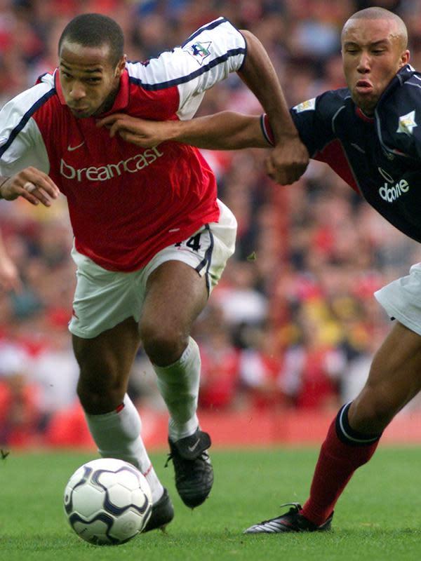 Mantan penyerang Arsenal, Thierry Henry, berhasil mencetak gol spektakuler ke gawang Manchester United pada laga pekan ketujuh Premier League 2000-2001, 1 Oktober 2000. Gol Henry membuat The Gunners menang 1-0. (AFP/Adrian Dennis)