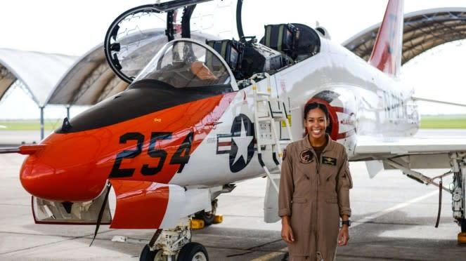 VIVA Militer: Madeline Swegle, Pilot Perempuan Kulit Hitam Pertama AL Amerika