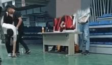 和碩子公司把識別證扔地上讓員工撿 員工嘆:「出門在外,就得忍氣吞聲。」