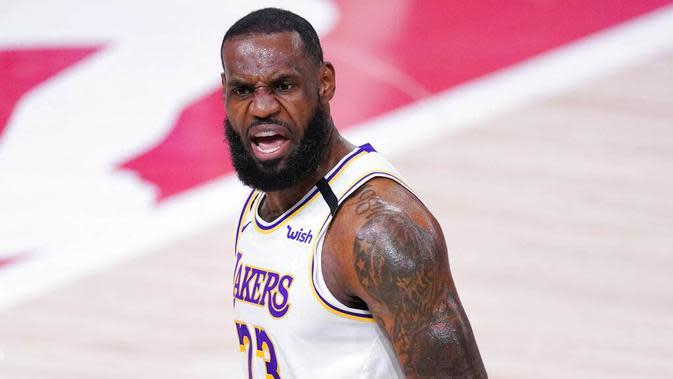 Pebasket Los Angeles Lakers, LeBron James, melakukan selebrasi saat melawan Houston Rockets pada gim kelima semifinal wilayah barat, Minggu (13/9/2020). Lakers menang dengan skor 119-96. (AP Photo/Mark J. Terrill)