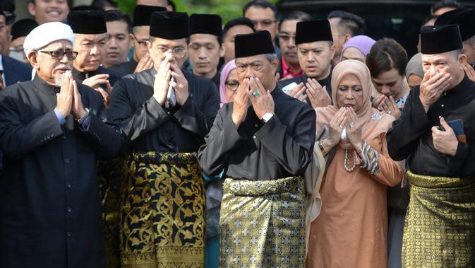 Muhyiddin Yassin (tengah) berdoa sebelum upacara pelantikannya sebagai Perdana Menteri Malaysia di Istana Negara, Kuala Lumpur, Minggu (1/3/2020). Berdasarkan hukum Malaysia, Raja Malaysia berada di atas undang-undang. (NAZRI RAPAAI/AFP/MALAYSIA'S DEPARTMENT OF INFORMATION)