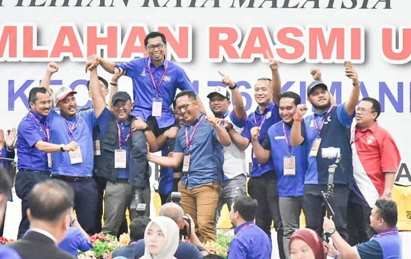 Barisan Nasional leaders celebrate the coalition party's by-election victory in Kimanis as Datuk Mohamad Alamin was announced the winner with a 2,029-vote majority. — Picture courtesy of Sabah Information Department