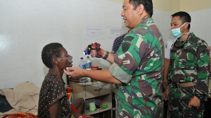 Satgas TNI memberikan pelayanan kesehatan campak dan gizi buruk di Asmat, Papua. (Puspen TNI)