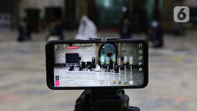 TAKBIRAN VIRTUAL: Para Imam Masjid Agung Sunda Kelapa menggemakan takbir malam Idul Fitri 1441 H yang disiarkan langsung melalui beragam media sosial, Jakarta, Sabtu (23/5/2020). Gema takbir yang disiarkan secara virtual untuk menghindari penyebaran virus COVID-19. (Liputan6.com/Helmi Fithriansyah)