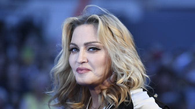 Hari pemilihan Presiden Amerika Serikat nampaknya menjadi hal yang ditungu-tunggu masyarakat, termasuk kaum selebriti. Setelah Katy Perry hadir dengan aksi konyolnya, kini muncul Madonna yang katanya mengikuti Katy. (AFP/Bintang.com)