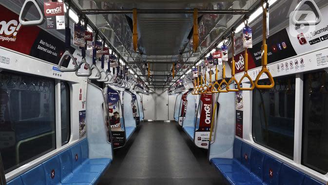Suasana kereta Mass Rapid Transit (MRT) di Jakarta, Sabtu (21/3/2020). Pembatasan jam operasional MRT oleh Pemerintah Provinsi DKI Jakarta untuk menekan penularan virus corona COVID-19 di Ibu Kota. (Liputan6.com/Johan Tallo)