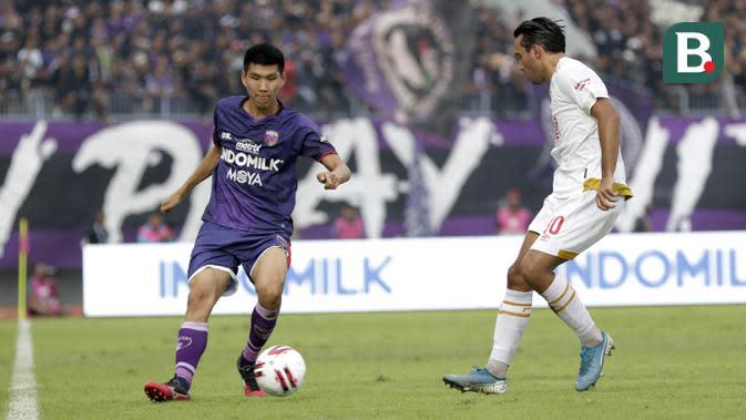 Pemain Persita Tangerang, Tamirlan Kozubaev, saat melawan PSM Makassar pada laga Shopee Liga 1 di Stadion Sport Center Tangerang, Jumat, (6/3/2020). Kedua tim bermain imbang 1-1. (Bola.com/M Iqbal Ichsan)
