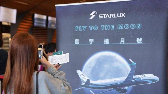 "Program wisata penerbangan StarLux JX-8227 ""Fly to the Moon"" dianggap kurang menguntungkan perusahaan. (dok. Instagram @starluxairlines/Brigitta Bellion)"
