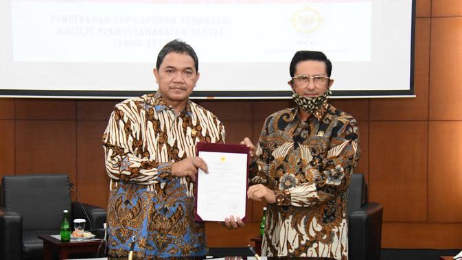 Pimpinan BPK Achsanul Qosasi menyerahkan LHP Laporan Keuangan MPR kepada Wakil Ketua MPR Fadel Muhammad di Ruang Delegasi, Kompleks Parlemen, Jakarta, Senin (10/8/2020).