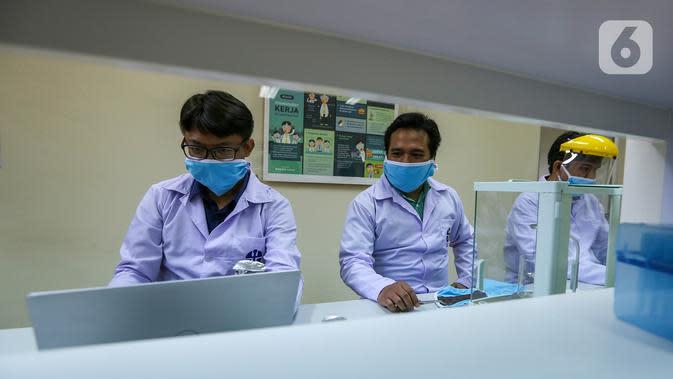 Tim peneliti melakukan proses pengembangan masker kain disinfektor berlapis tembaga di Pusat Penelitian Fisika LIPI Puspitek, Serpong, Tangerang Selatan, Senin (8/6/2020). Masker yang dapat dicuci ulang tersebut mampu membunuh virus Covid-19 dalam waktu 4 jam. (Liputan6.com/Fery Pradolo)