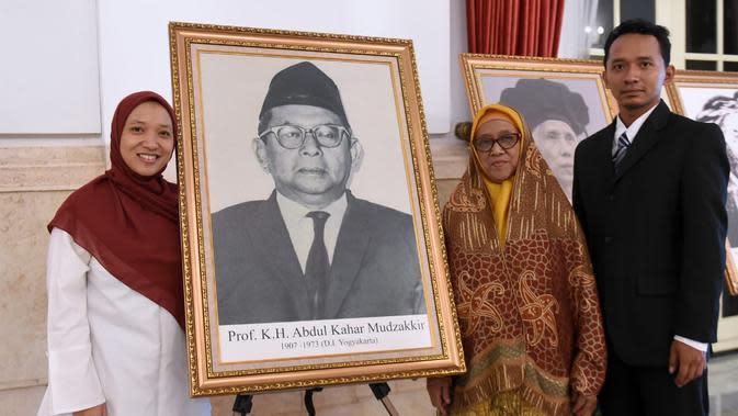 Keluarga KH Abdul Kahar Mudzakkir berfoto di samping lukisannya usai menjadi Pahlawan Nasional. (Foto: Muchlis Jr - Biro Pers Sekretariat Presiden)