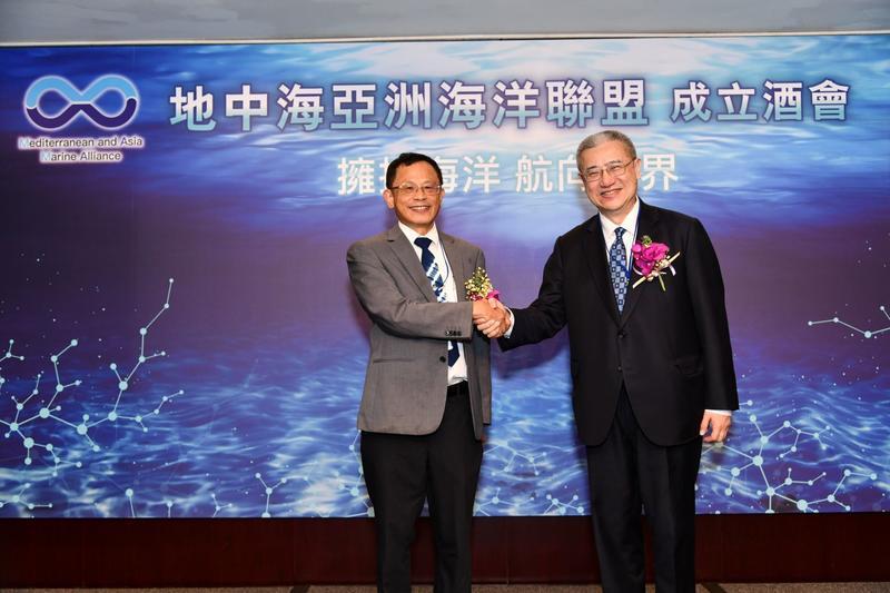 <p>海洋聯盟張清風理事長(左)和發起人黃齊元(右)握手合影。(圖/地中海亞洲海洋聯盟)</p>
