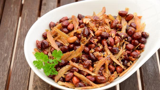Ilustrasi sambal goreng ikan teri kacang tanah./Copyright shutterstock.com
