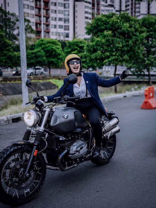 Tak hanya Kawasaki Ninja 250 cc dan Scrambler Ducati 400 cc yang menjadi motor favorite, kini Nabila sering berkendara dengan motor BMW-nya. Nabila juga terkenal trendy dalam memilih fashion-nya saat mengendarai motor gede.(Liputan6.com/IG/@nabilabylla)
