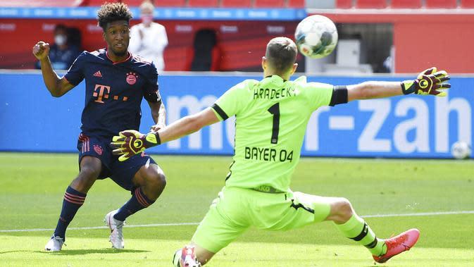 Pemain Bayern Munchen, Kingsley Coman, mencetak gol ke gawang Bayer Leverkusen pada laga Bundesliga di BayArena, Sabtu (6/6/2020). Bayern Munchen menang 4-2 atas Bayer Leverkusen. (AP/Matthias Hangst)