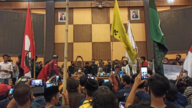 Massa Kuasai Ruang Paripurna, Ketua DPRD Sulbar Lantang Tolak Omnibus Law
