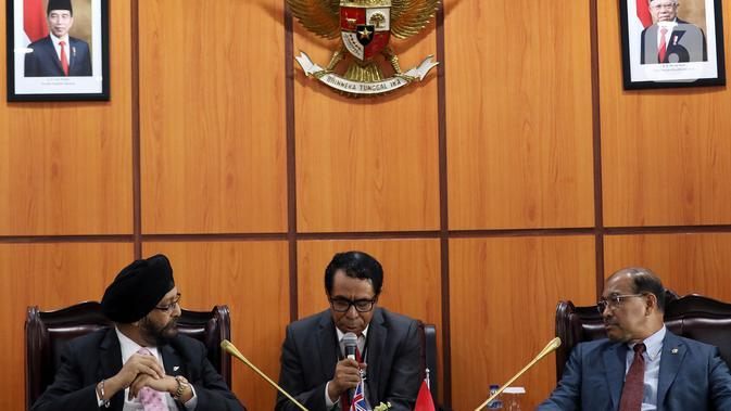 Wakil Ketua DPD Nono Sampono (kanan) berbincang dengan anggota Parlemen Manukau Timur, Selandia Baru, Kanwaljit Singh Bakshi (kiri) saat menggelar pertemuan di Kompleks Parlemen, Jakarta, Selasa (19/11/2019). Pertemuan itu untuk meningkatkan hubungan antara DPD dua negara. (Liputan6.com/JohanTallo)