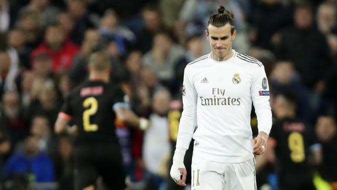 Penyerang Real Madrid, Gareth Bale, tampak lesu usai ditaklukkan Manchester City pada laga liga Champions di Stadion Santiago Bernabeu, Rabu(26/2/2020). Manchester City menang dengan skor 2-1. (AP/Manu Fernandez)