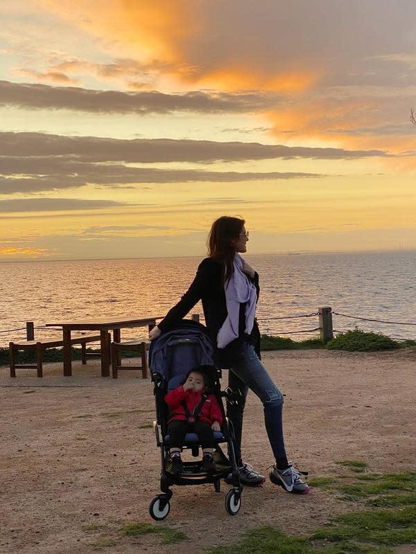 Pada hari sebelumnya, perempuan kelahiran Jerman 35 tahun itu juga membagikan potret bersama putrinya menikmati sunset. (Instagram/carissa_puteri)