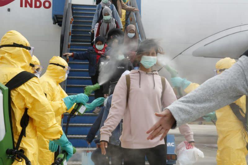 Indonesia larang pengunjung dari China di tengah protes evakuasi