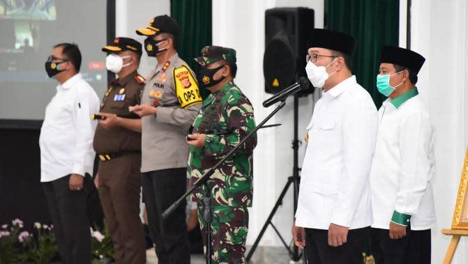 Gubernur Jawa Barat Ridwan Kamil mengukuhkan Komite Kebijakan Penanganan Covid-19 dan Pemulihan Ekonomi Daerah Provinsi Jawa Barat dalam acara pengukuhan di Gedung Sate, Kota Bandung, Senin (5/10/20). (Foto: Humas Jabar)