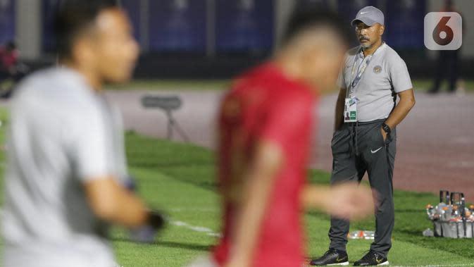 Pelatih Timnas Indonesia U-19, Fakhri Husaini saat laga melawan Timor Leste pada laga kualifikasi Grup K Piala AFC U-19 2020 di Stadion Madya Gelora Bung Karno, Jakarta, Rabu (6/11/2019). Indonesia unggul 3-1. (Liputan6.com/Helmi Fithriansyah)