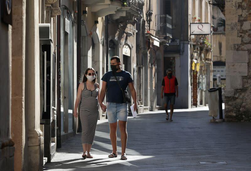 Italy's daily coronavirus death toll stable, new cases climb