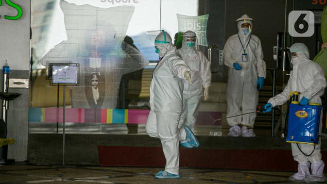 Petugas Hotel Ibis Styles Mangga Dua Square Jakarta disemprot disinfektan saat bekerja, Kamis (1/10/2020). Dalam menjalankan tugasnya, petugas hotel melayani kebutuhan pasien OTG termasuk menerima dan mengantarkan barang kiriman ke kamar pasien. (Liputan6.com/Faizal Fanani)
