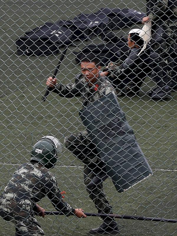 Dua polisi paramiliter China berlatih di stadiun olahraga di Shenzhen, kota di dekat perbatasan dengan Hong Kong, China (30/10/2019). China sangat mendukung langkah Hong Kong untuk melarang aktivis pro-demokrasi Joshua Wong dari pemilihan anggota dewan lokal. (AP Photo/Andy Wong)