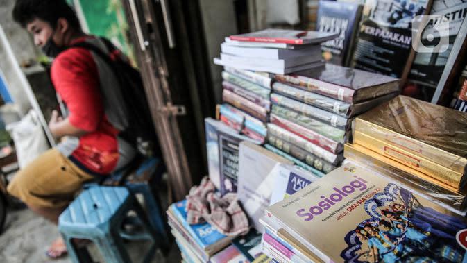 Buku-buku dagangan di kawasan Kwitang Jakarta, Jumat (26/6/2020). Sejumlah pedagang mengaku penjualan buku mengalami penurunan hingga 50 persen karena imbauan Pemerintah untuk tinggal dirumah dan libur sekolah selama pandemi COVID-19. (Liputan6.com/Faizal Fanani)