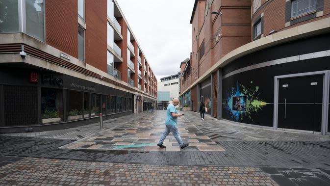 Pusat kota yang sepi setelah penerapan lockdown lokal di Leicester, Inggris (1/7/2020). 330.000 warga telah diimbau oleh Hancock untuk tetap di rumah sebisa mungkin karena jumlah kasus coronavirus yang terus meninggi. (Xinhua/Jon Super)